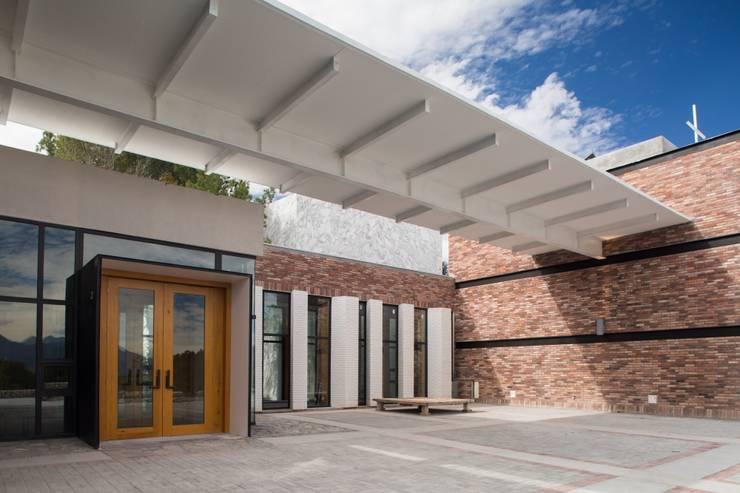 Casa Espiritual: Casas de estilo moderno por PLADIS