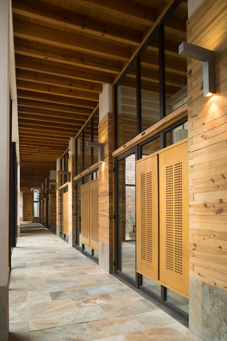 Casa Espiritual Pasillos, vestíbulos y escaleras modernos de PLADIS Moderno