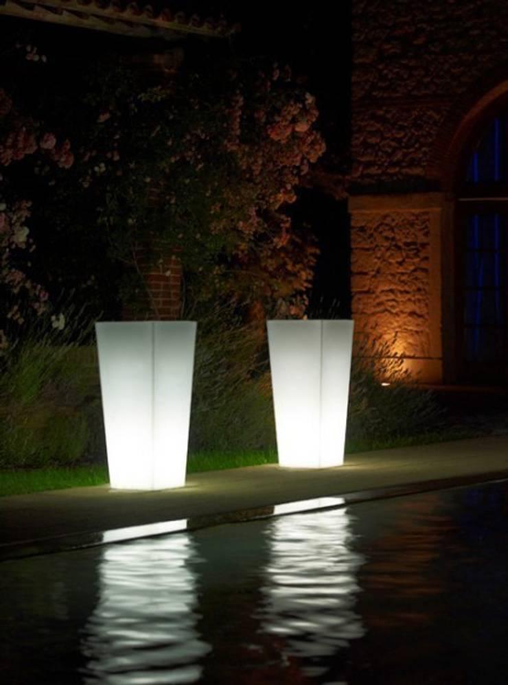 Donice podświetlane KIAM: styl , w kategorii Ogród zaprojektowany przez Hydroponika - Wnętrz i zieleń