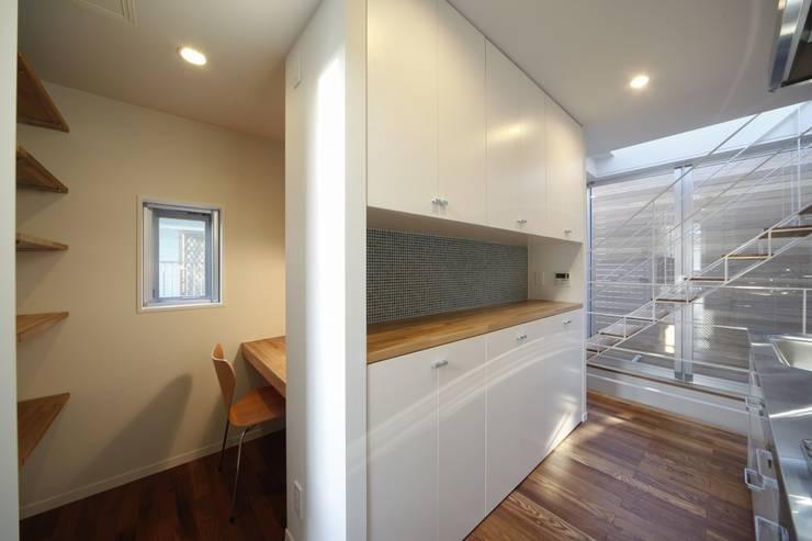 光庭の家: 株式会社FAR EAST [ファーイースト]が手掛けたキッチンです。,モダン