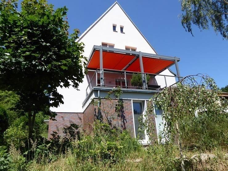 Giebelansicht und Terrasse: klassische Häuser von Schenning-Architekten