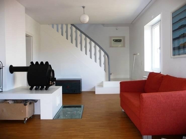 Treppe in das Obergeschoss:  Flur & Diele von Schenning-Architekten