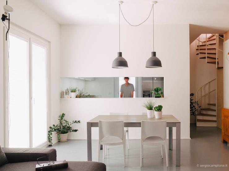 casa luana: Soggiorno in stile  di Studio Zero85