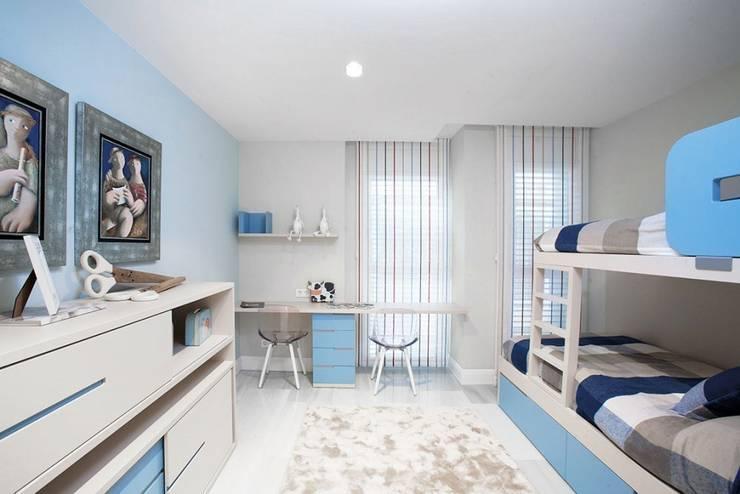 Vivienda en Sarria con suelo de mármol: Dormitorios infantiles de estilo  de Inèdit