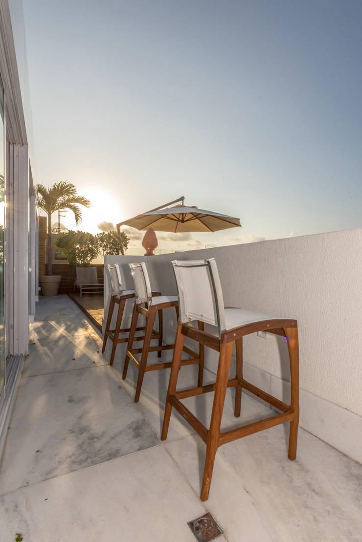 cobertura beira mar: Casas tropicais por Renato Teles Arquitetura
