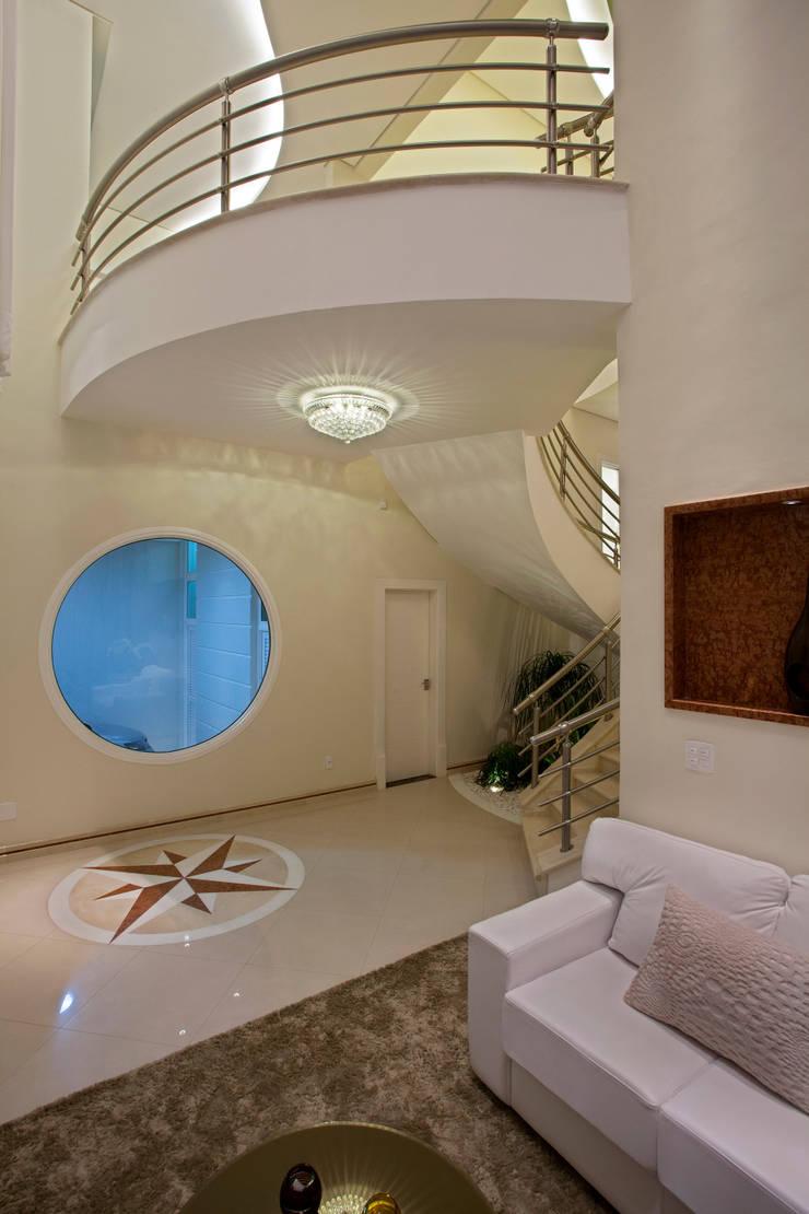Casa Porto Seguro: Corredores e halls de entrada  por Arquiteto Aquiles Nícolas Kílaris,Moderno