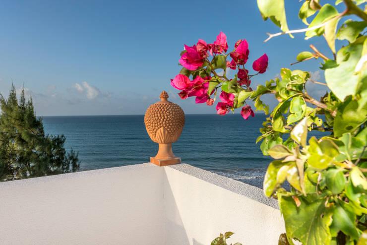 cobertura beira mar: Varanda, alpendre e terraço  por Renato Teles Arquitetura