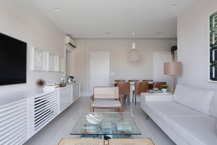 Salas / recibidores de estilo minimalista por Yamagata Arquitetura