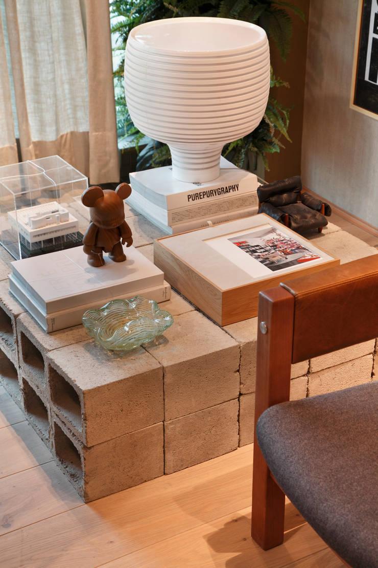 LOFT 212: Sala de estar  por Yamagata Arquitetura