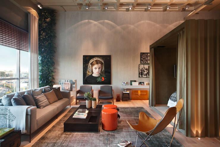 LOFT 212: Salas de estar  por Yamagata Arquitetura