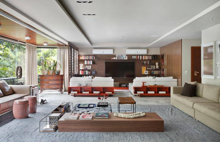 Apartamento WSS: Salas multimídia modernas por Yamagata Arquitetura