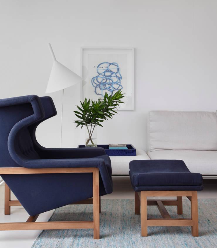 COBERTURA FCF: Sala de estar  por Yamagata Arquitetura