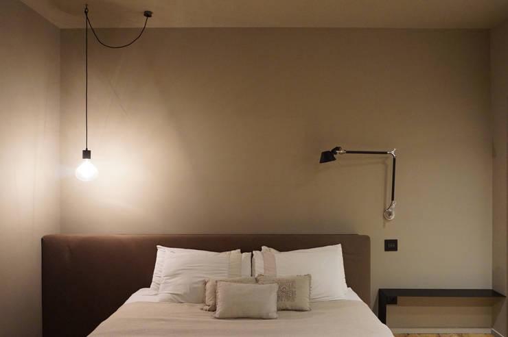 Letto, testiera, corpi illuminanti: Camera da letto in stile  di Plus Concept Studio