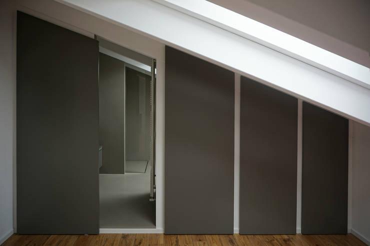 Accesso bagno: Bagno in stile  di Plus Concept Studio
