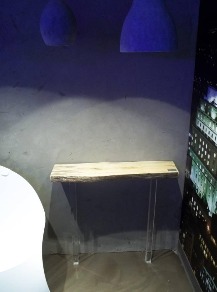 Console Nibi 2 pattes: Couloir, entrée, escaliers de style de style Moderne par Pür cachet
