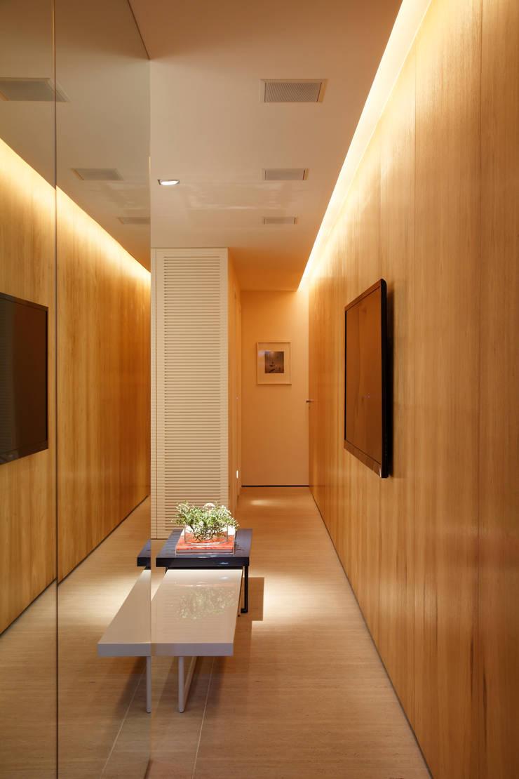 APARTAMENTO 510: Salas multimídia  por Yamagata Arquitetura