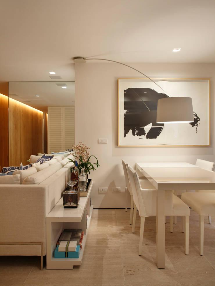 APARTAMENTO  510: Sala de jantar  por Yamagata Arquitetura