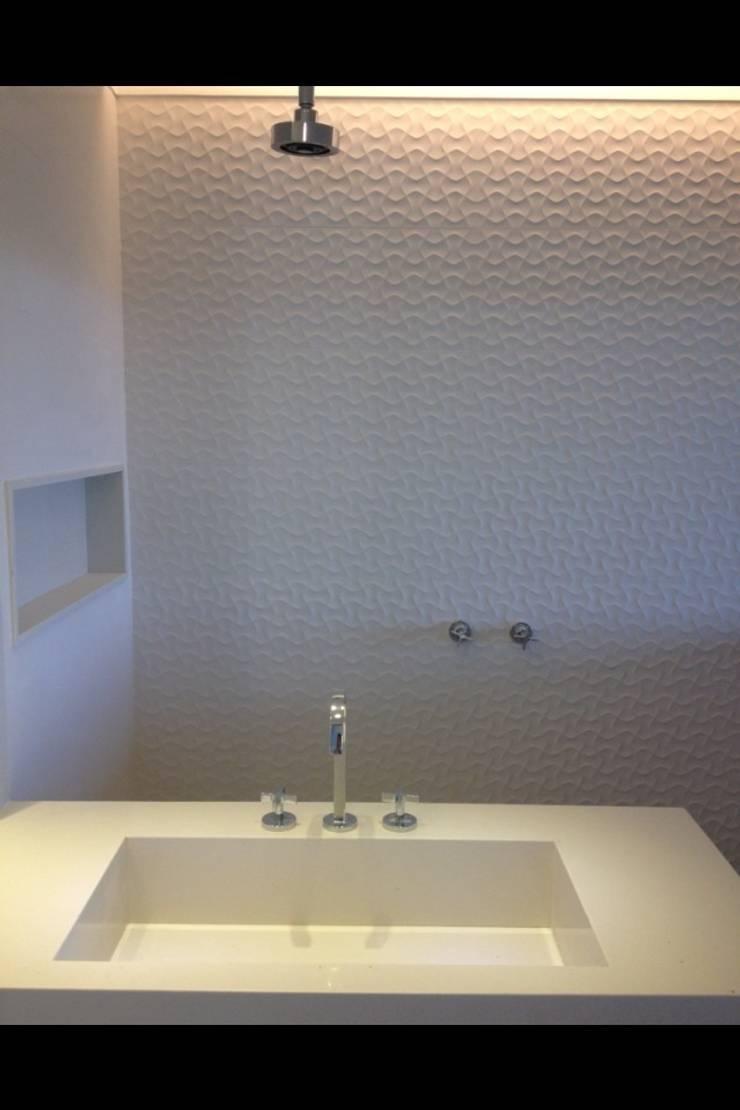 Residência Barramares: Banheiros  por Flavia Lucas & Adriana Esteves  - Arquitetura