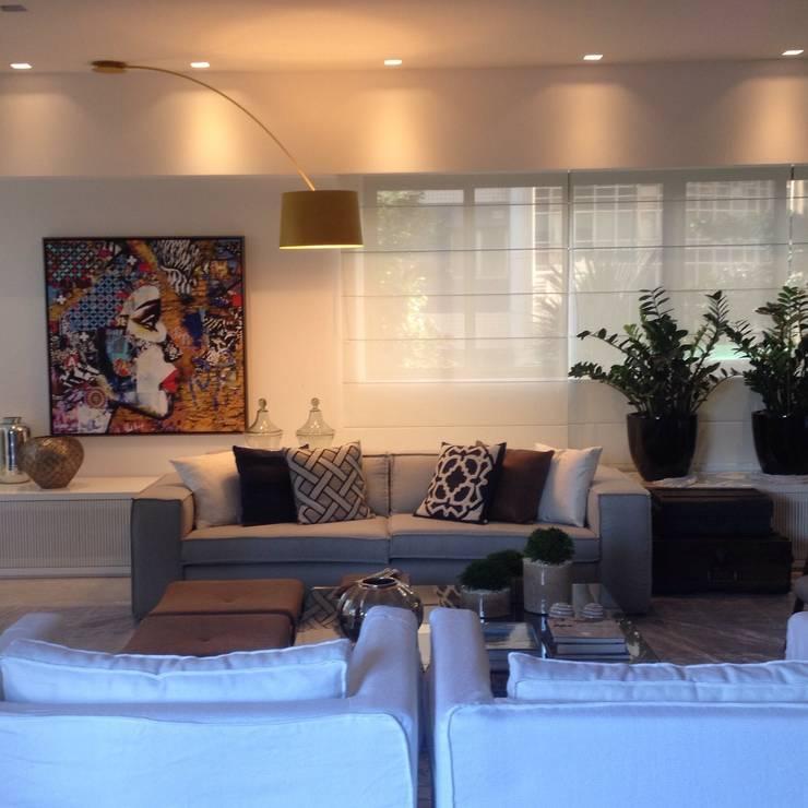 Residência Barramares: Salas de estar  por Flavia Lucas & Adriana Esteves  - Arquitetura