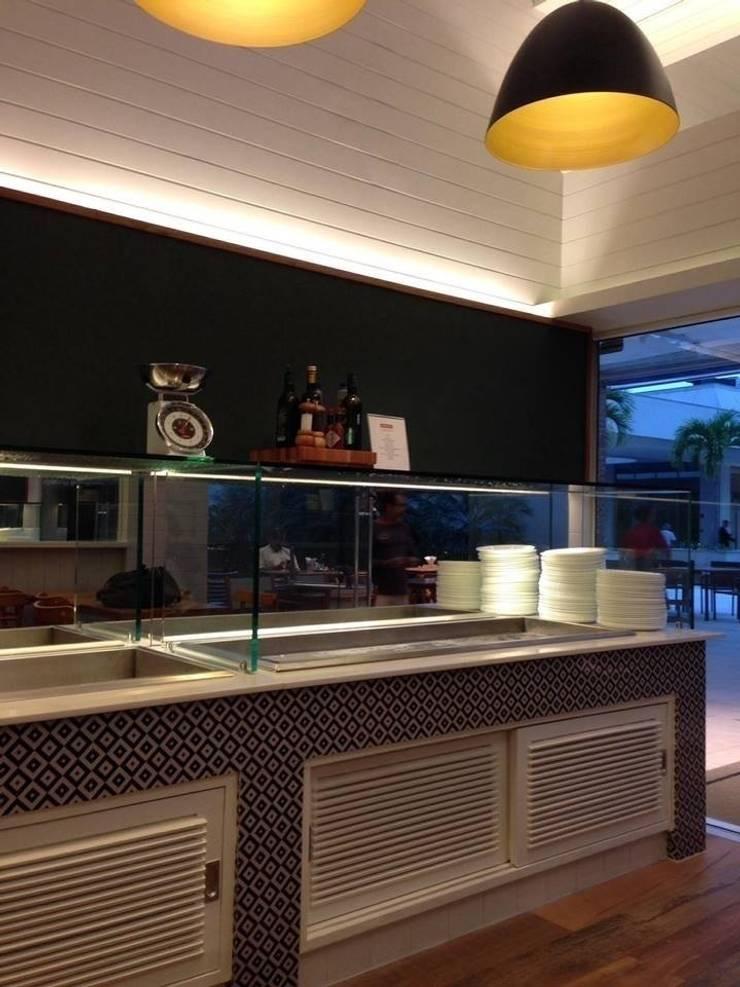 Restaurante San Benito Barra: Espaços gastronômicos  por Flavia Lucas & Adriana Esteves  - Arquitetura