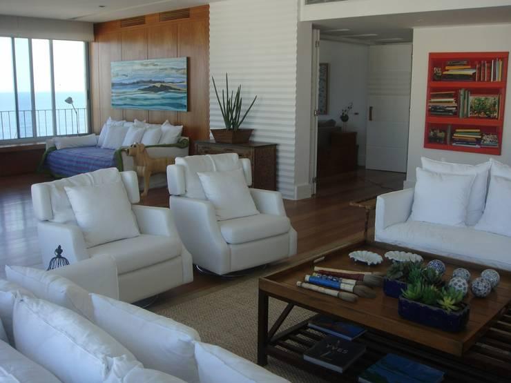 Residência Vieira Souto - Ipanema: Sala de estar  por Flavia Lucas & Adriana Esteves  - Arquitetura
