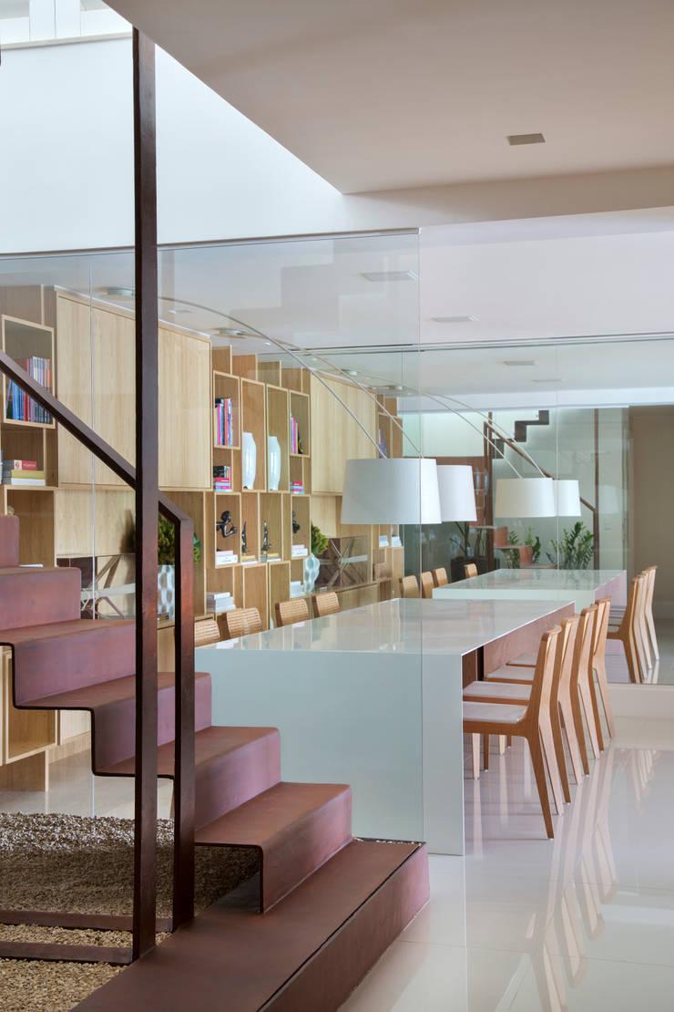 Cobertura MMJ: Salas de jantar  por Yamagata Arquitetura