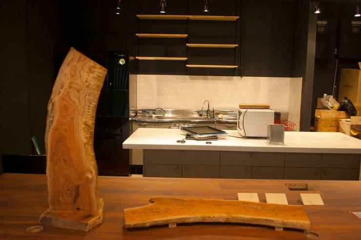 참죽나무 메뉴보드과 빵도마: 플레전트빌 (Pleasant Ville)의  사무실 공간 & 가게