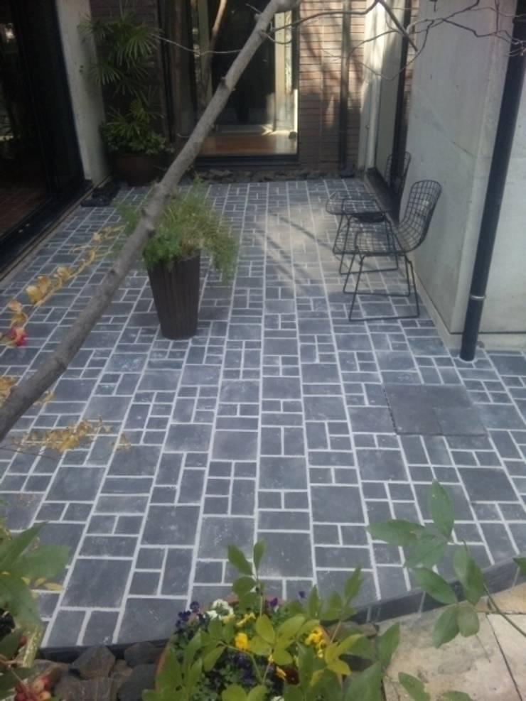 中庭・・・タイルテラスにリニューアル: MA設計室が手掛けた庭です。,