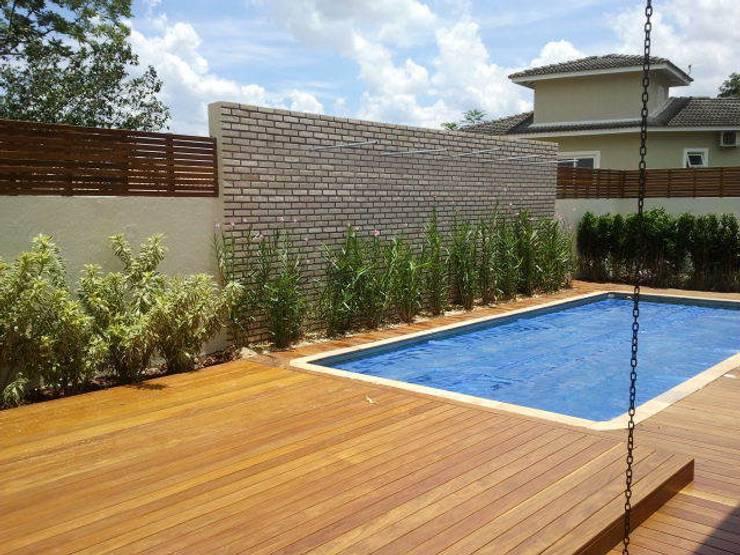 Jardim - área externa : Jardins  por E F DESIGN.INTERIORES.PAISAGISMO