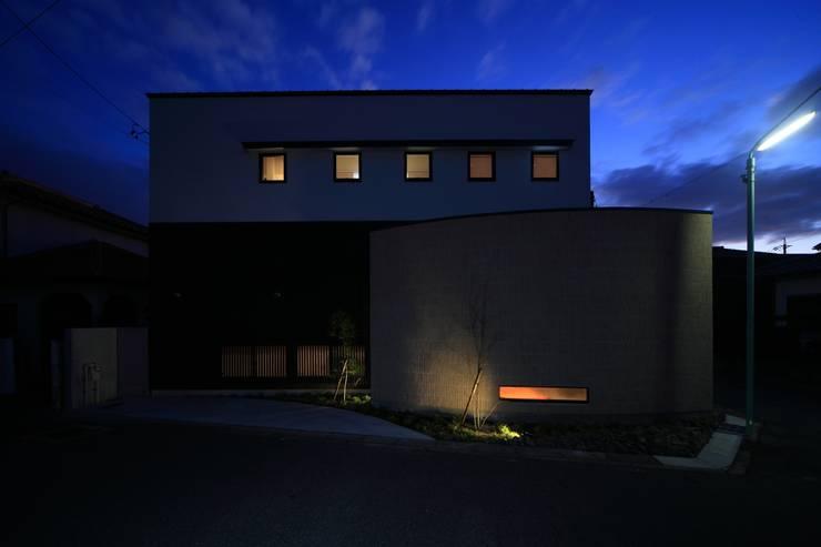 北側夕景: MA設計室が手掛けた家です。,モダン