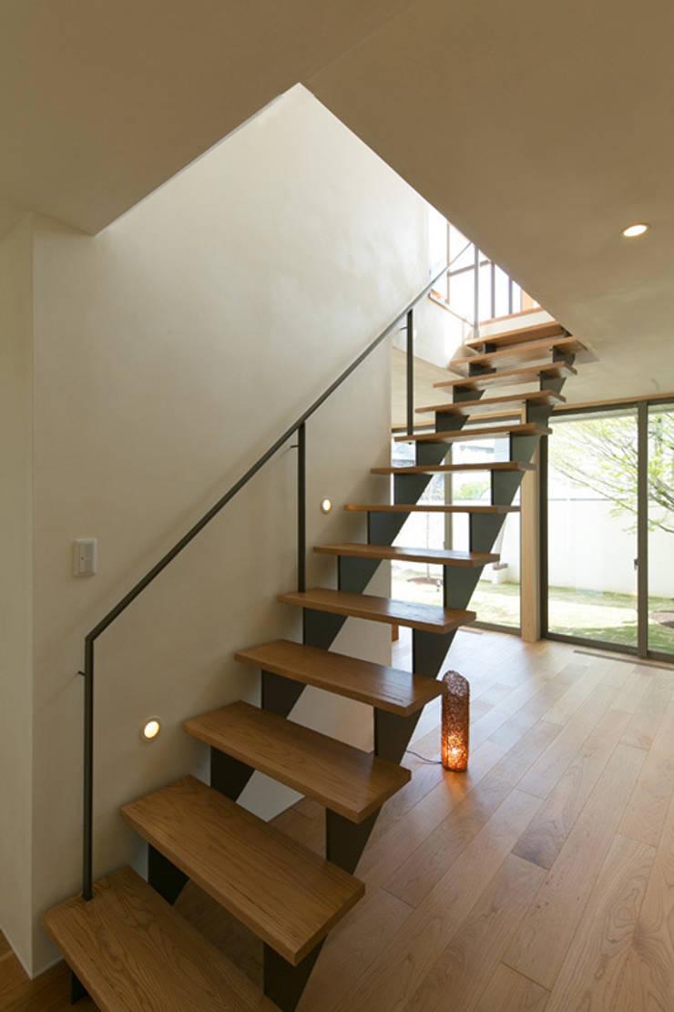 眺めのいい窓 階段: アーキシップス古前建築設計事務所が手掛けた玄関&廊下&階段です。