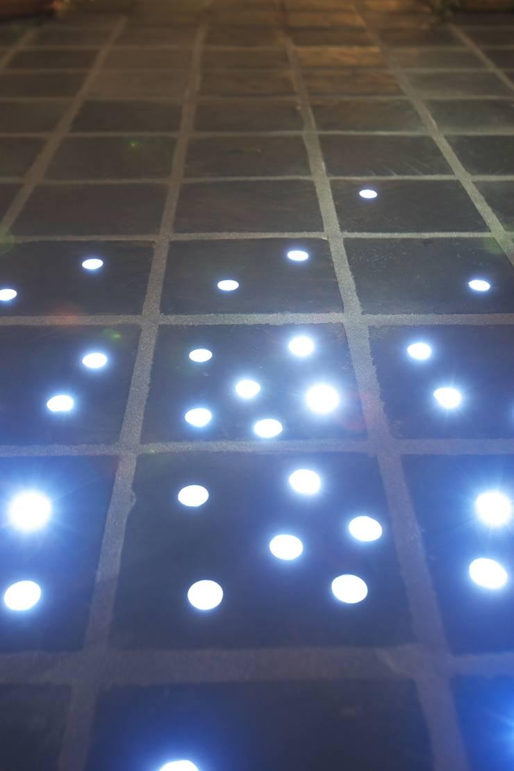 LEDを嵌め込んだオリジナルタイル: MA設計室が手掛けた壁です。