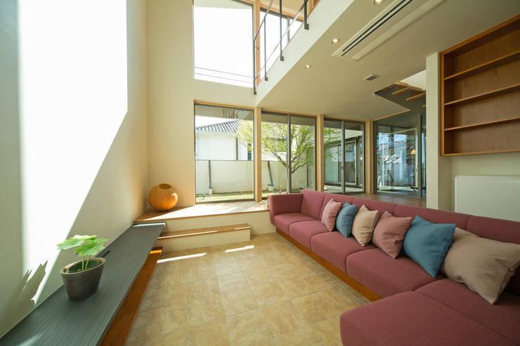 眺めのいい窓 リビングから中庭方向: アーキシップス古前建築設計事務所が手掛けたリビングです。