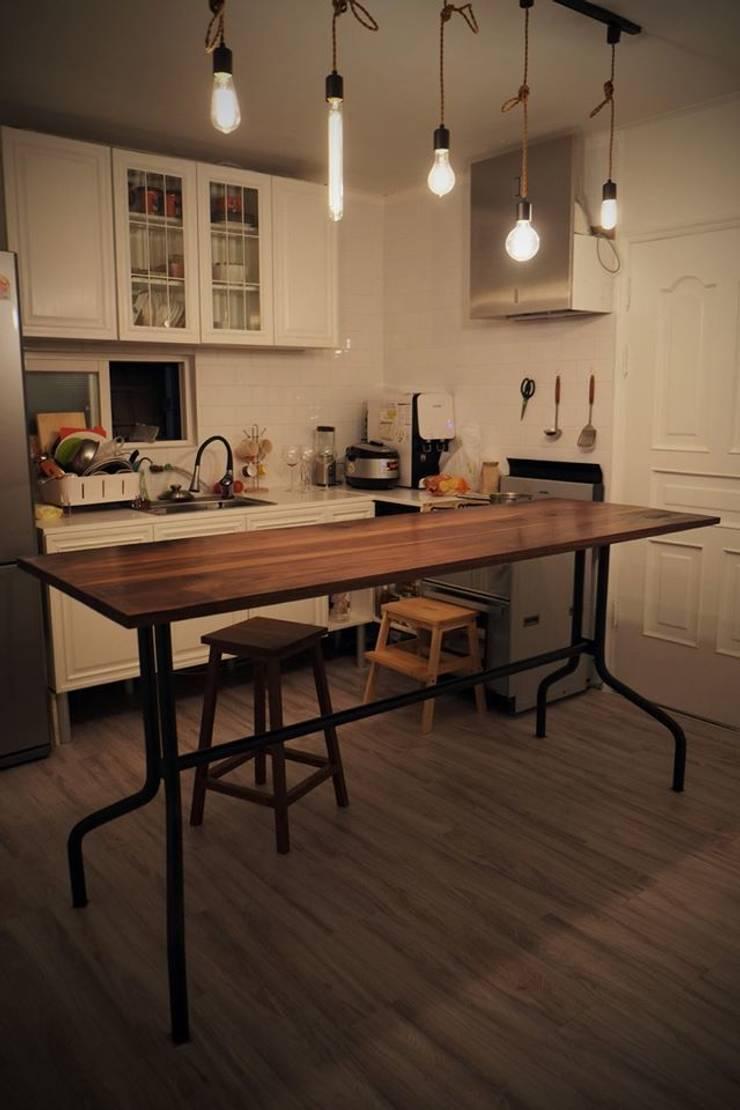 월넛 테이블: 플레전트빌 (Pleasant Ville)의  서재/사무실