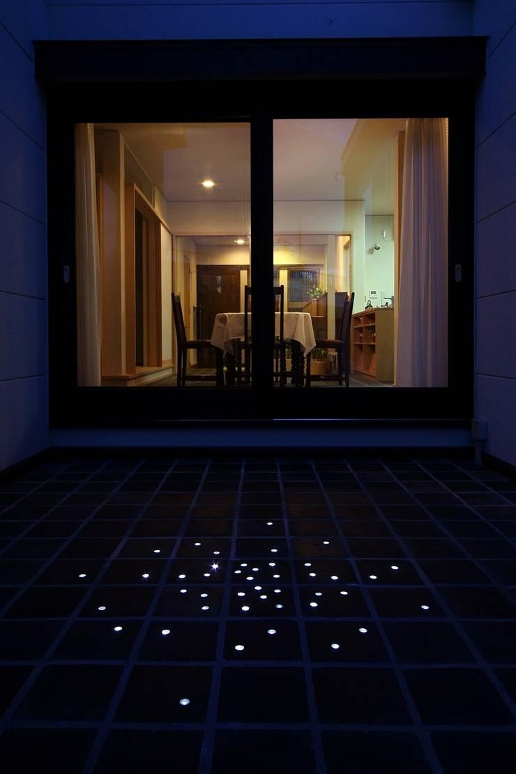 中庭からの夕景: MA設計室が手掛けた家です。
