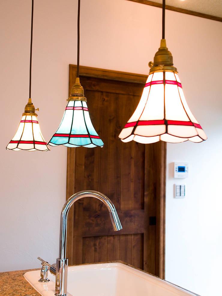 キッチンカウンター照明.*: 株式会社 盛匠が手掛けたキッチンです。