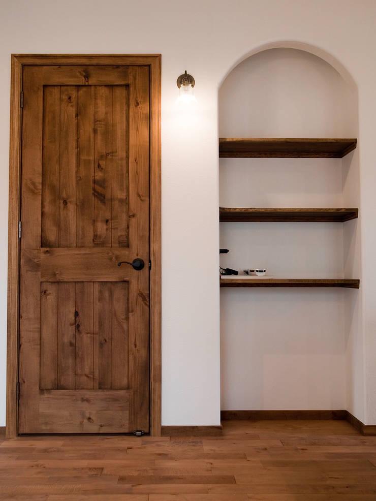リビングルーム・収納ドア.*: 株式会社 盛匠が手掛けたリビングルームです。