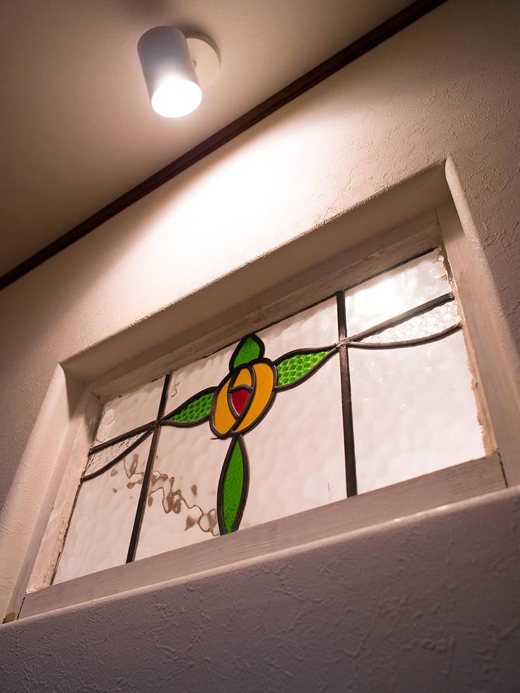 玄関を開けると、ステンドグラスが.*: 株式会社 盛匠が手掛けた玄関&廊下&階段です。