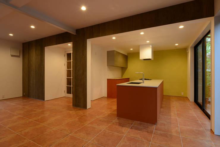 N邸: 福間優子建築設計事務所が手掛けた壁です。
