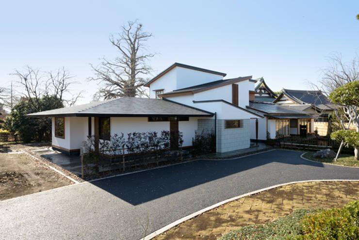 広い敷地の中に水平に伸びやかなスタイルを意識した外観: H2O設計室 ( H2O Architectural design office )が手掛けた家です。