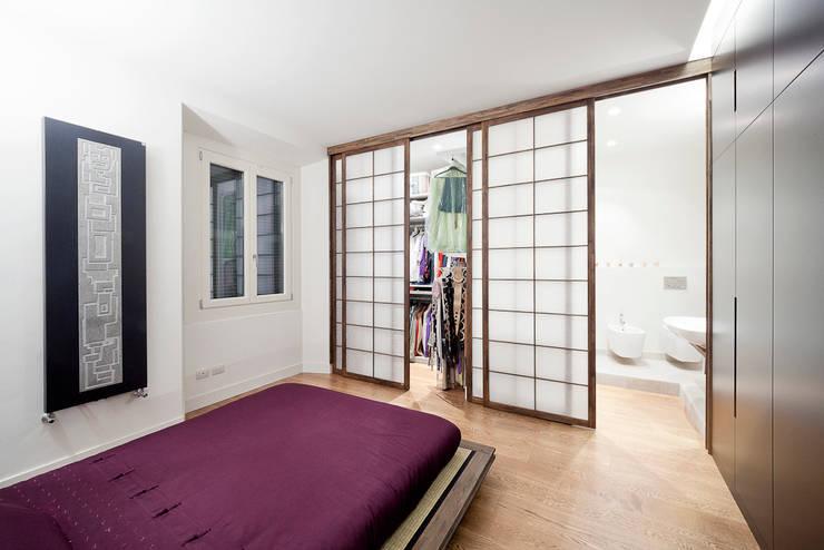 camera da letto: Camera da letto in stile  di 23bassi studio di architettura