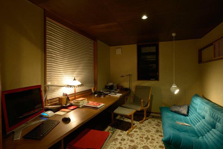 和に合う、ミッドセンチュリー家具との調和: H2O設計室 ( H2O Architectural design office )が手掛けた勉強部屋/オフィスです。