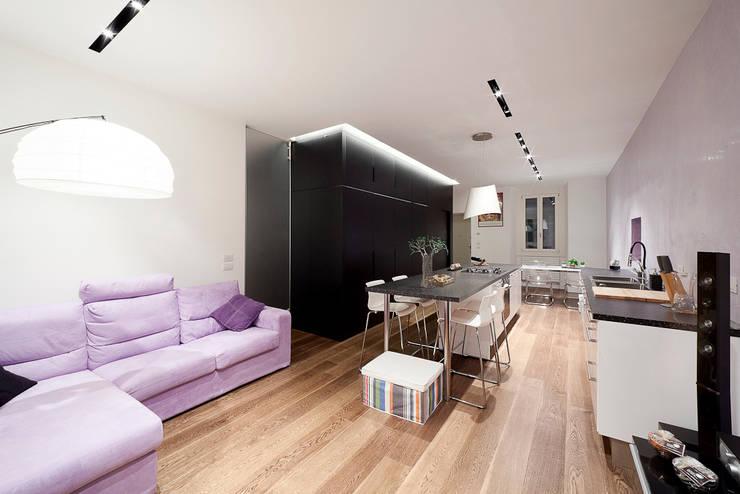 soggiorno e cucina: Soggiorno in stile  di 23bassi studio di architettura
