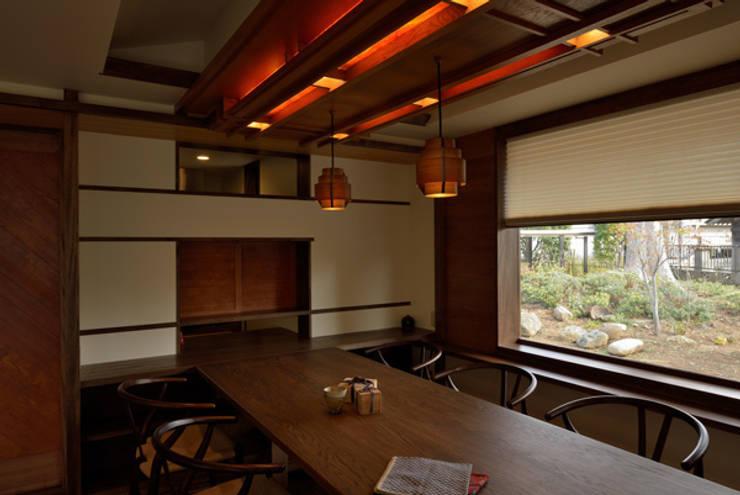 建具職人を使った家具調照明: H2O設計室 ( H2O Architectural design office )が手掛けたダイニングルームです。
