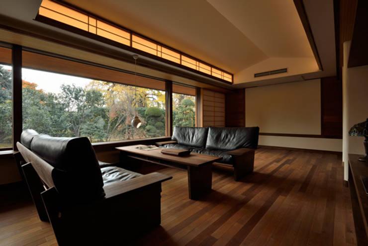 庭を眺めるリビング空間: H2O設計室 ( H2O Architectural design office )が手掛けたリビングです。