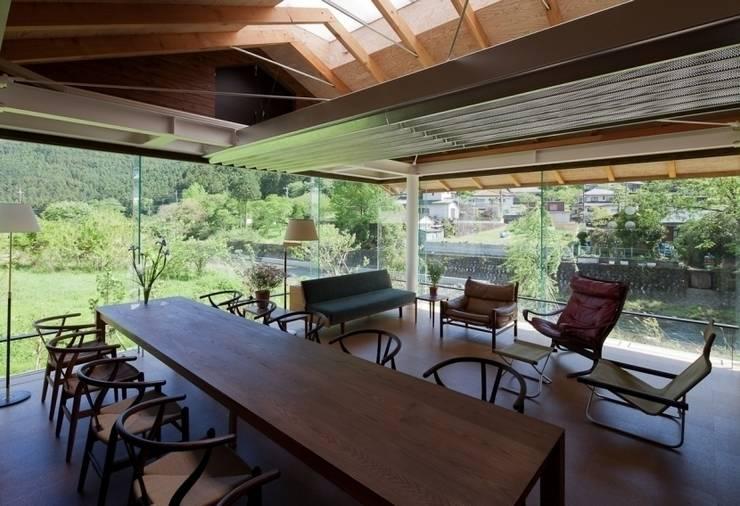家具と調和する現代建築: H2O設計室 ( H2O Architectural design office )が手掛けたリビングです。