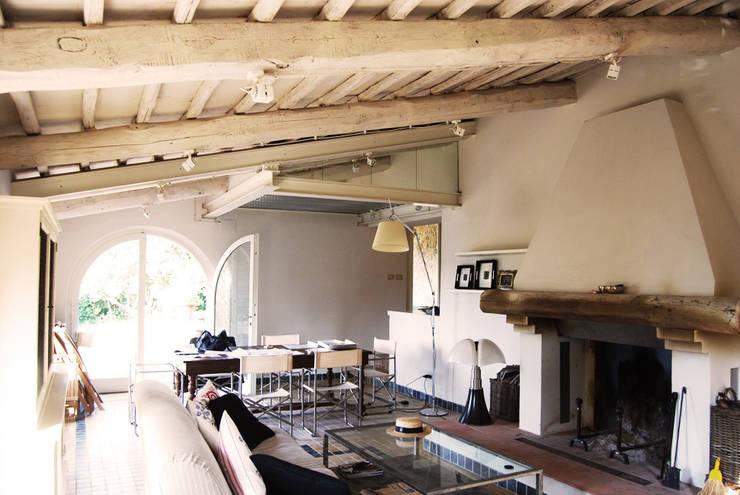 Salones de estilo  de ARCHITETTO MARIANTONIETTA CANEPA
