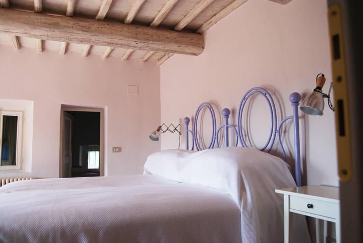 CASALE IN TOSCANA: Camera da letto in stile  di ARCHITETTO MARIANTONIETTA CANEPA