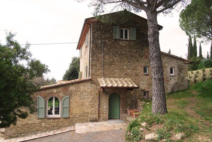 CASALE IN TOSCANA: Case in stile  di ARCHITETTO MARIANTONIETTA CANEPA