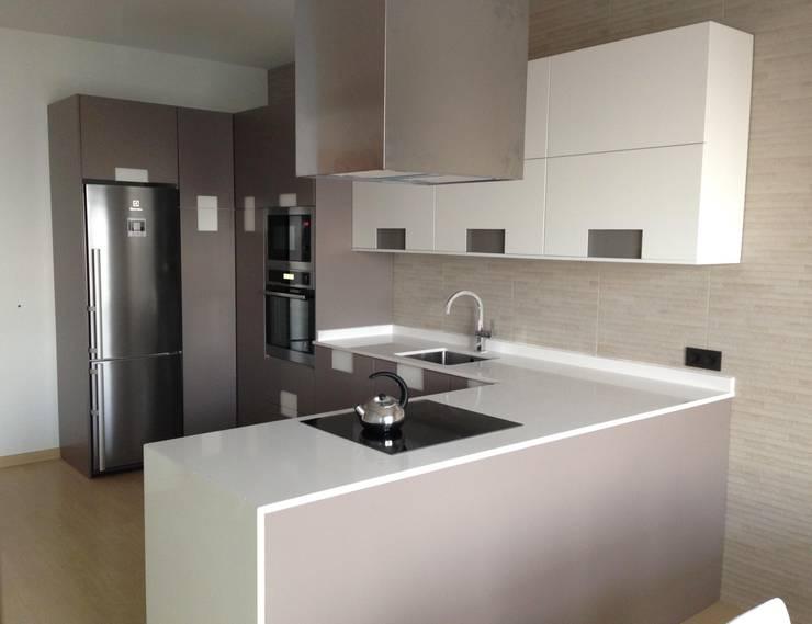 """Color Blanco """"siempre presente"""" en Cocinas, Baños y Armarios.: Cocina de estilo  de Muebles Los Pepotes"""